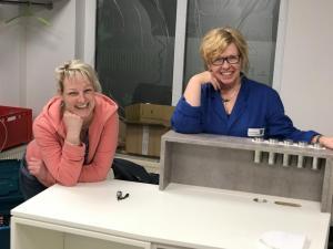 Frau Hammer und Heidi bei der Montage