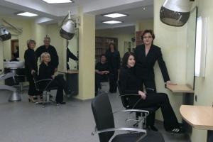 Familie Arnold unf Mitarbeiter im neuen Salon in Memelsdorf